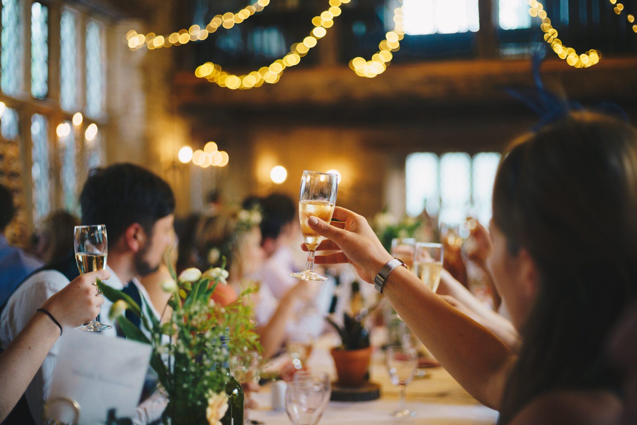 7972c642 Bryllupper er fyldt med taler. Følger man bryllupstraditionerne, skal  gommen skal holde tale, brudens far skal holde tale, forloveren skal holde  en tale og ...