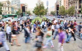 mennesker krydser gade - motion i hverdagen
