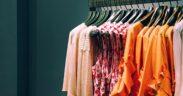 print mønster og farverige kjoler i sæsonens modetrends